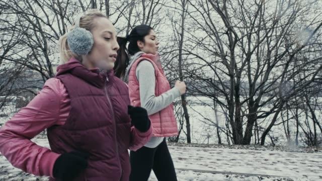 workout-partner - ohrenschützer stock-videos und b-roll-filmmaterial