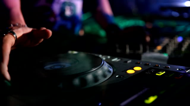 DJ arbeitet mit Mixer in einem Nachtclub