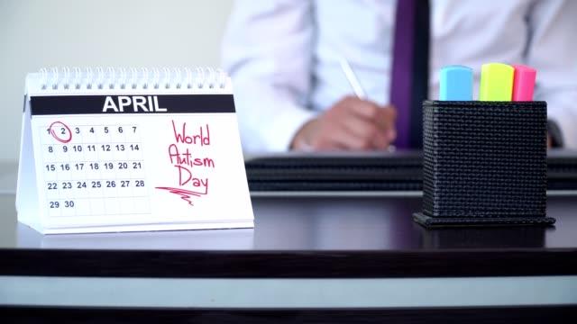 vidéos et rushes de journée mondiale de l'autisme - journées spéciales - tenue d'affaires formelle