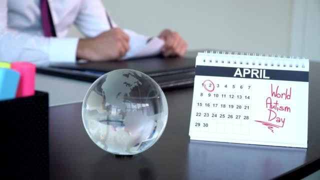 世界自閉症デー - 特別な日 - 四月点の映像素材/bロール