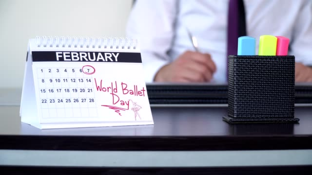 vidéos et rushes de journée mondiale du ballet - journée spéciale - tenue d'affaires formelle
