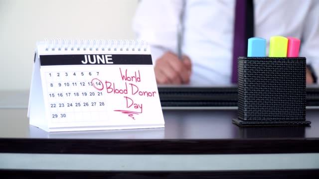 vidéos et rushes de journée mondiale du donneur sang - journée spéciale - tenue d'affaires formelle
