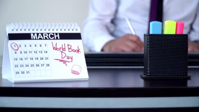 vidéos et rushes de journée mondiale du livre - journée spéciale - tenue d'affaires formelle