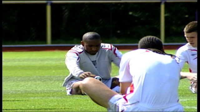 wayne rooney cleared to take part germany badenbaden jermain defoe and rio ferdinand performing cycling exercise as sit up on pitch - 自重トレーニング点の映像素材/bロール