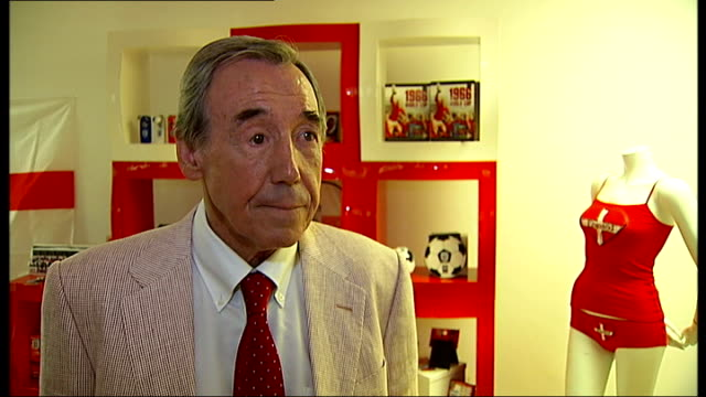 gordon banks and roger hunt interviews gordon banks interview continued sot not worried about being overshadowed if this england team won world cup/... - fußballweltmeisterschaft 2010 stock-videos und b-roll-filmmaterial