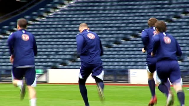 stockvideo's en b-roll-footage met scotland squad training more generic training shots burley talking to scotland players butcher talking to scotland players closeup of darren fletcher... - hampshire engeland
