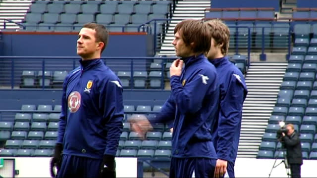 world cup 2010 qualifiers: scotland squad training; more generic training shots close-up of pressley watching players train close-up of ferguson... - torschuss stock-videos und b-roll-filmmaterial