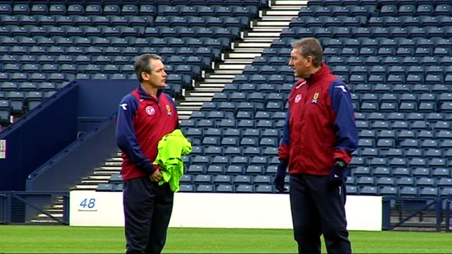 world cup 2010 qualifiers: scotland squad training; more of burley watching players train close-up of steven pressley close-up of burley burley talks... - fußballweltmeisterschaft 2010 stock-videos und b-roll-filmmaterial