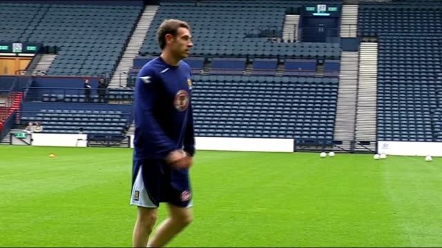 world cup 2010 qualifiers: scotland squad training; more of mcmanus training george burley watches players train close-up of burley - fußballweltmeisterschaft 2010 stock-videos und b-roll-filmmaterial