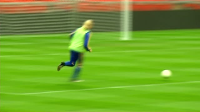 vidéos et rushes de world cup 2010 qualifiers: ukraine squad training; england: london: wembley stadium: ext close-up of andrei voronin training close-up of andrei... - ukraine