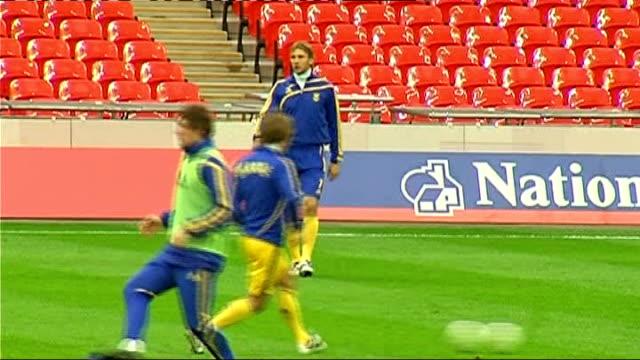 vidéos et rushes de world cup 2010 qualifiers: ukraine squad training; more of shevchenko training andriy pyatov training ukraine players training on pitch - ukraine
