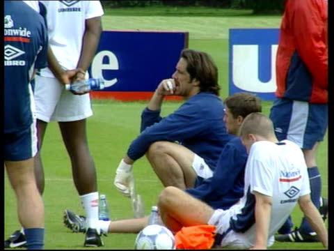 vídeos de stock e filmes b-roll de beckham calls for fans to be united england berkshire bisham abbey david seaman sat at england training session lib - berkshire inglaterra