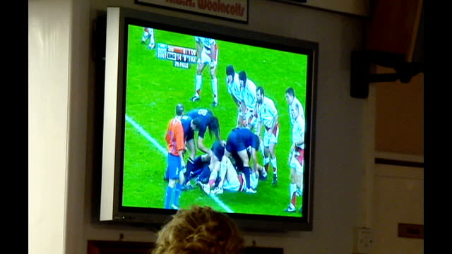 vidéos et rushes de world cup reaction to semifinals england int television screen showing england v france matchplay rugby fans leaping up and down and cheering sot - rugby
