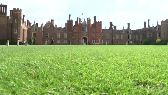 vidéos et rushes de schoolchildren welcome fiji team to uk london hampton court hampton court palace building and grounds lamp post with crown feature union jack flag... - terrain d'agrément