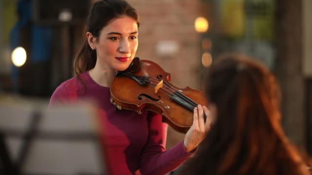 vídeos de stock, filmes e b-roll de mundo vem - violino