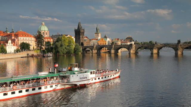 vidéos et rushes de unesco world heritage site, charles bridge and the vlatava river, old town, prague, czech republic, europe - culture tchèque