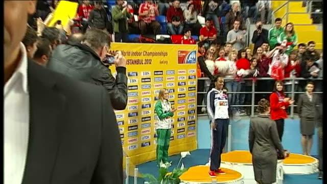 vídeos de stock e filmes b-roll de britain wins gold in women's relay tiffany porter onto podium at medals ceremony pull out to reporter to camera - prova em equipa