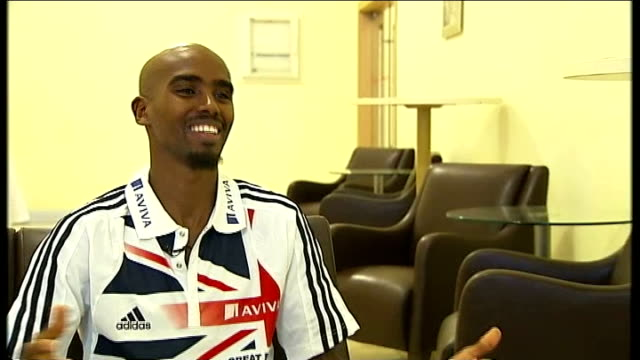 world indoor championships: mo farah due to compete in 3000m heats; turkey: istanbul: int reporter shaking hands with farah mo farah interview sot -... - ヒート点の映像素材/bロール