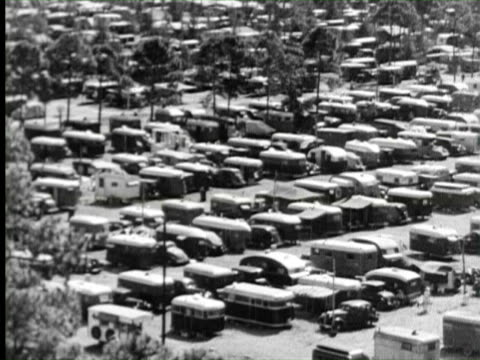 vidéos et rushes de b/w aerial world largest trailer camp in city, florida / audio - camping