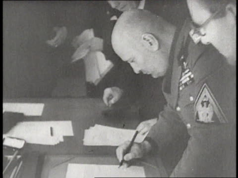 world leaders gather together to sign the munich pact at the munich conference of 1938 - anno 1938 video stock e b–roll