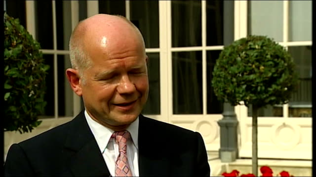 stockvideo's en b-roll-footage met world leaders meet in paris for summit on libya ext william hague mp setup shot chatting to reporter william hague mp interview sot no i don't think... - geallieerde mogendheden