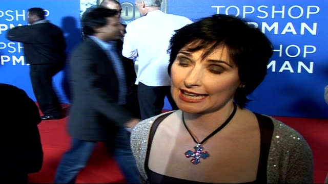 vídeos de stock, filmes e b-roll de celebrity red carpet arrivals and interviews / winners room interviews enya wearing black dress and silver cardigan speaking to press / enya... - cardigan blusa