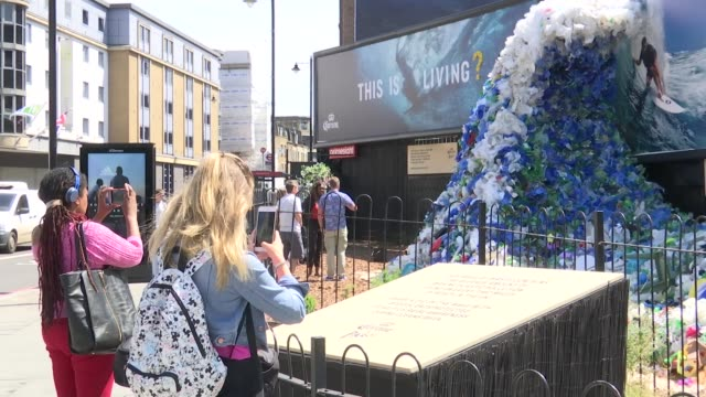 vídeos de stock e filmes b-roll de ben fogle interview england london old street ext close shot plastic waste people taking pictures of plastic waste coming from billboard wide shot... - líquido de limpeza