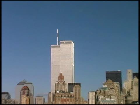 世界貿易センター、マンハッタン、ニューヨーク(ミディアムプル幅)2001 年 8 月 - world trade center manhattan点の映像素材/bロール