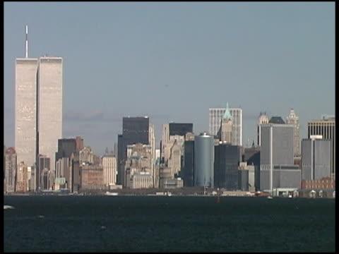 world trade center, new york (medio-wide) agosto 2001 da barca - world trade center manhattan video stock e b–roll