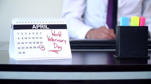 vidéos et rushes de journée vétérinaire mondiale - journées spéciales - tenue d'affaires formelle