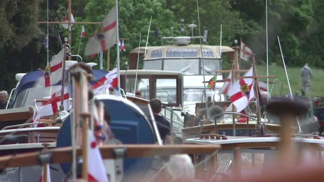 vídeos de stock e filmes b-roll de boats involved in dunkirk evacuation to recreate journey england london teddington ext various of small boats involved in the dunkirk evacuation tied... - bandeira da grã bretanha