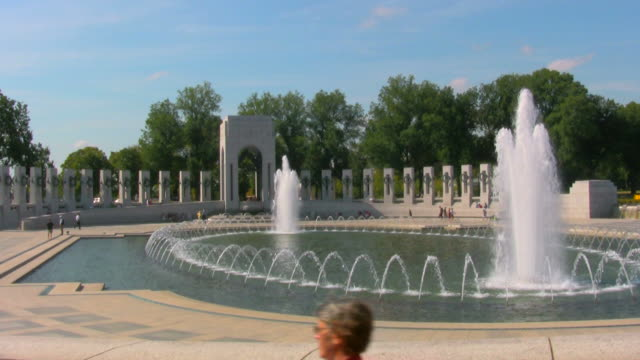 guerra mondiale 2 memorial, washington d.c. - monumento ai caduti monumento commemorativo video stock e b–roll
