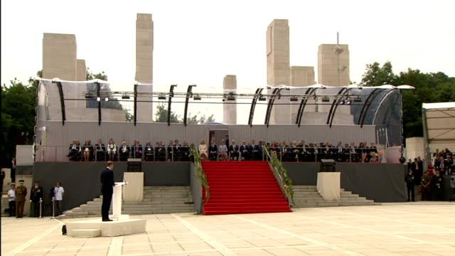vídeos de stock e filmes b-roll de world war i centenary british memorial events duke and duchess of cambridge stood on platform in silence next to president francois hollande of... - centenário
