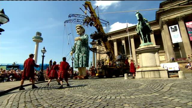 vídeos y material grabado en eventos de stock de world war i centenary: giant puppets telll story of liverpool during the great war; crowds / puppet grandmother along / crowds / puppet grandmother... - marioneta