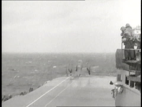 a world war ii bomber plane takes off from an aircraft carrier as part of the doolittle raid - 1942年点の映像素材/bロール