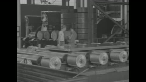 vídeos y material grabado en eventos de stock de world war ii / home front / sheets of aluminum on factory assembly line rollers / thin aluminum sheets being sprayed with water / note: exact date... - aluminio