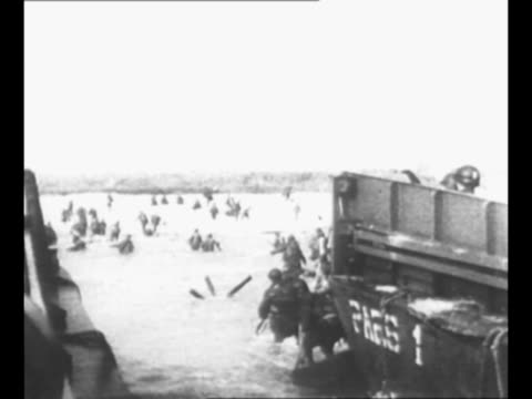 stockvideo's en b-roll-footage met ws world war ii invasion of normandy france on dday with english channel at foreground smoke on coastline in background allied forces at shore in... - geallieerde mogendheden