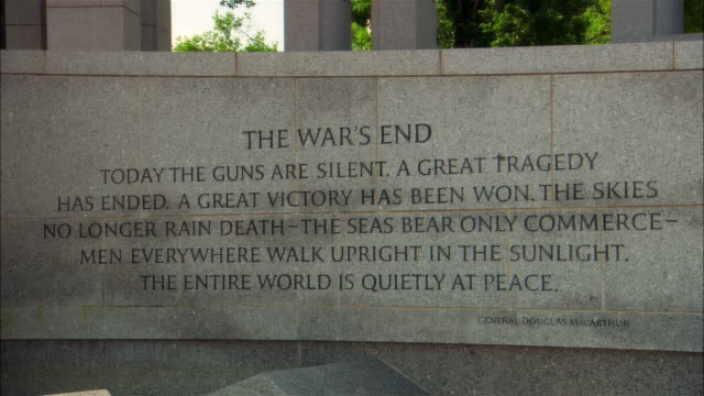tu, zi world war ii memorial, inscription and pillars with wreath, washington dc, usa - 戦争記念碑点の映像素材/bロール