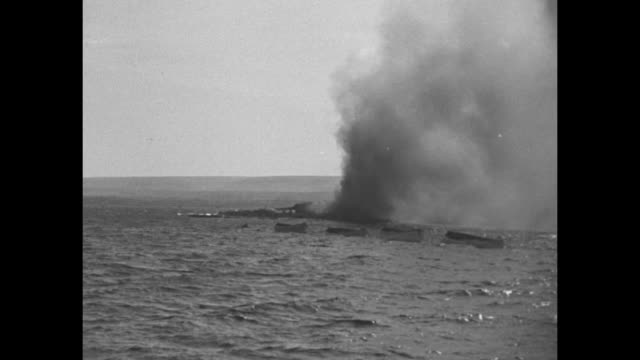 vídeos de stock, filmes e b-roll de world war ii north african campaign / smoke and flames from burning ship / small boats near burning ship / note: exact day not known - áfrica do norte