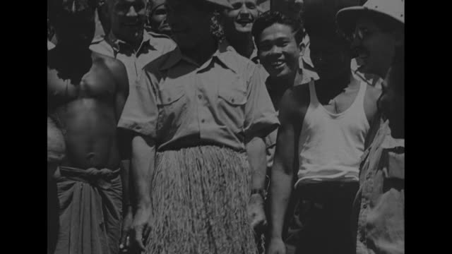 vídeos de stock, filmes e b-roll de world war ii / pacific theater / actor comedian joe e brown disembarks plane / brown is greeted by col joe sherr / brown talking to nurses and... - pintor artista