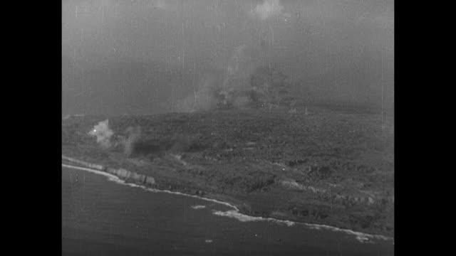 world war ii / pacific theater / iwo jima / aerials of smoke covering mt suribachi - schlacht um iwojima stock-videos und b-roll-filmmaterial