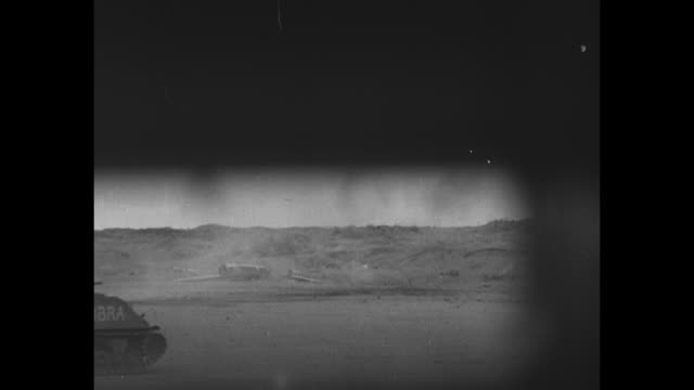 vídeos de stock e filmes b-roll de world war ii / pacific theater / iwo jima / view from inside a tank / marines behind a tank / dark smoke in the distance marines gathered around a... - battle of iwo jima