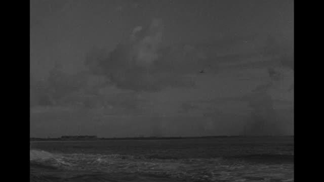 world war ii / ships at sea / flags on a ship /soldiers on deck / ship firing / cu british gunner / ships firing on the beach / british troops... - deutsches militär stock-videos und b-roll-filmmaterial