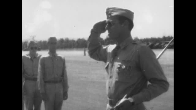 vidéos et rushes de world war ii united states army air corps medal ceremony / cu 2star general pins medal on officer / cu propellers above 2 soldiers / soldiers with... - général grade militaire