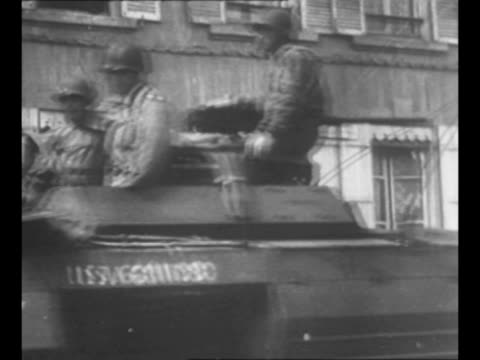 world war ii us soldiers line cherbourg street at the hotel de ville as military jeep and staff car drive down street / montage us military staff... - 将校点の映像素材/bロール