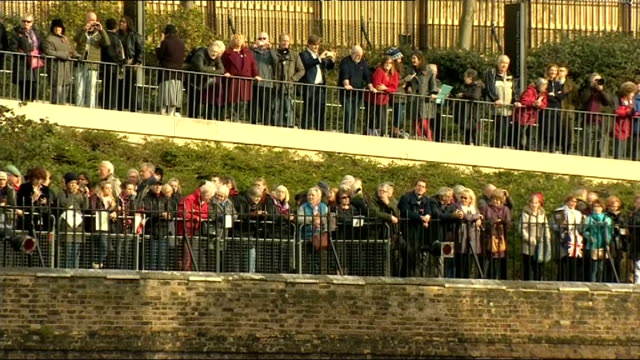 world war one centenary: armistice day commemorations: tower of london ceremony; england: london: tower of london: ext onlookers behind railings /... - 100. jahrestag stock-videos und b-roll-filmmaterial