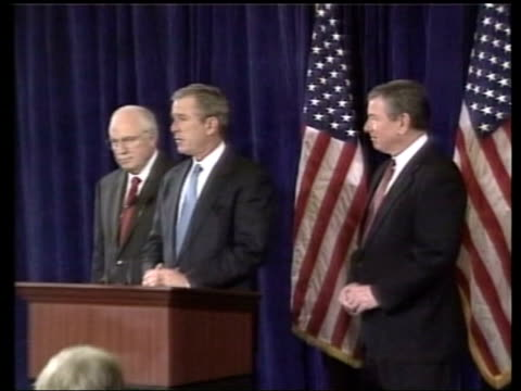 confidence effects; pool int bush at podium zoom in bush hands over to john ashcroft cms ashcroft - worldcom stock-videos und b-roll-filmmaterial
