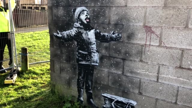 worldfamous street artist banksy has claimed responsibility for a new artwork in port talbot wales the artwork is banksy's first to appear in wales... - バンクシー点の映像素材/bロール