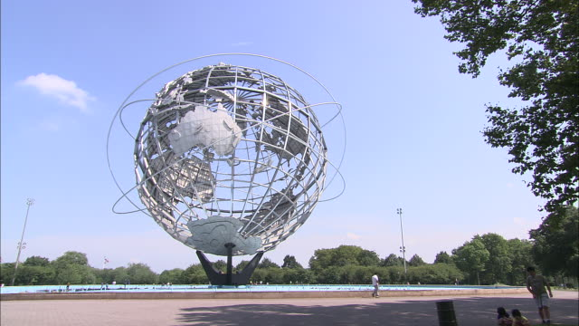 vídeos de stock, filmes e b-roll de ws world's fair globe at flushing meadows corona park/ queens, new york, usa - flushing meadows corona park
