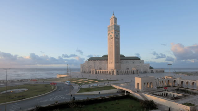 vídeos de stock, filmes e b-roll de ws t/l world's third largest mosque of hassan ii  / casablanca, morocco - local religioso